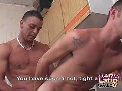 Latinos Arschficken und Cumming in der Küche