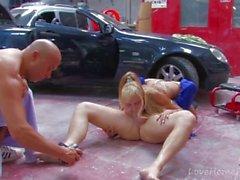 Kuuma blondi Vierailut Mechanicia Gets Butt perseestä