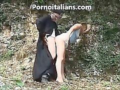 Sacerdote italiano foder Menina de estilo do doggy no bosque - prete italiano escopa um pecorina ragazza nel bosco do porno italiano