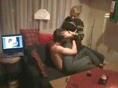 Amateur blonde tiener geeft haar vriend een blowjob op verborgen cam