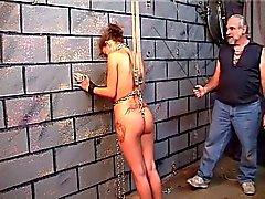 De nicole dans la servitude Fessée contre le mur de la briques
