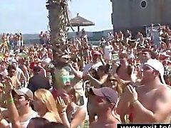Общедоступные Взбитые сливки performce в партийной толпе