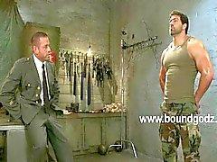 Tyler usa BDSM e eletricidade em Vince