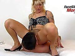 Gambe sexy mature amatoriali signora Beate facesitting un ragazzo