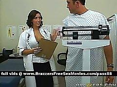 Парень в медицинского офиса консультируется путем горячей брюнетка доктором