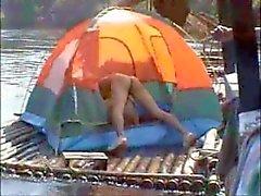 Thailändischen Kerle Nackte auf eine Flusses