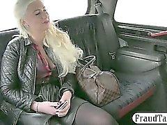 Mamas Huge fodeu amadora măe de Blondie no Backseat