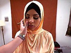 Teen arab Schlampe saugen einen riesigen Schwanz wie ein Profi