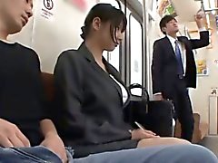 Hana Haruna suger och rider kukar i buss