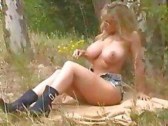 Von Danni Ashe In The Woods liebäugelt In Ihrer Shorts