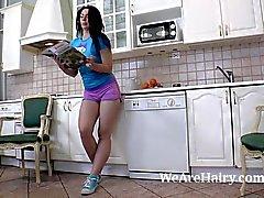 Любовь Morris делает эротический стриптиза на кухне у