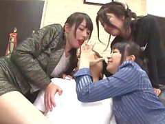 Tres mujeres sofocan a un tipo con besos
