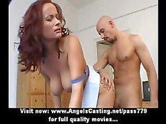 Förtjusande underbara redhead och brunette lesbisk par gör tits massage