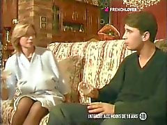 Frankrikes MILF slampa med stora bröst knullar på i röven av sin dotters pojkvän