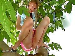 20yo vriendin uithameren uit de bomen