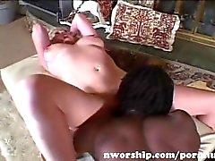 rubia guarra caliente con grandes tetas dentro de sexo interracial con los de una gran polla negro
