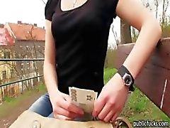 Amateur- europese slet wordt geneukt in het park voor geld