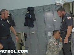 PATRULHA GAY - Polícias agressivas retiram o soldado falso e colocam a lei
