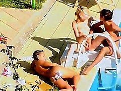 A tres adolescentes putos secreta junto a la piscina