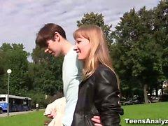 Un paseo romántico en un parque con un guapo chico , un rápida