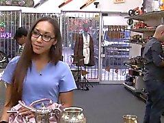 Desperate sairaanhoitaja myydä vanhan teekannu sekä kuseen pawnkeeper