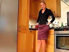 Bellezza rubia en la cocina de burlarse disco