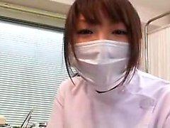 Masked Oriental Babe arbeitet ihre geschickten Hände auf jedem Zoll