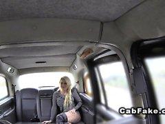 Biondo in Pantyhose del Fishnet di di un taxi finto