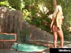 Busty Blonde Vixen Nikki Benz es golpeada por una gran polla dura!