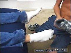 Di Emo teenager Ragazzi coi del tubo in primo luogo orologi che si avvia brevemente alla di conv