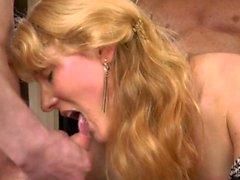 Slutwife Nicole isst Sperma von vielen Jungs