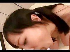 Schoolgirl дает минет в ее колени Сперма РТУ в раздевалках