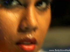 Bollywood için çıplak Dan Şu Temizliği Ritüeli
