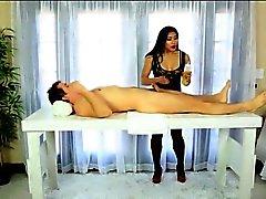 Reizvolle asiatische masseuse massieren Mia Lithium foot von Client gefickt