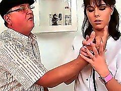Del abuelo tirando a su joven doctora calientes