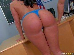 Professeur boobed énormes Kelly Divine Double ramonage des étudiants hot