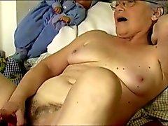 OmaPass Seksikäs mummoja masturboimassa hän karvainen pillu