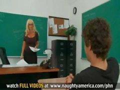 Student neukt zijn sexy blonde leraar met enorme tieten