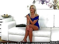 Bella bionda agente sbatte dilettanti sul divano a