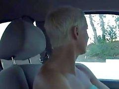 Lihasten blondi sekä dildoaan