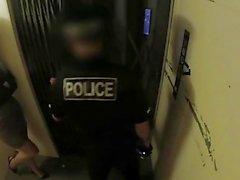 Gefälschte Cop Langbeinige Büro Schlampe fickt Polizist in einem Aufzug
