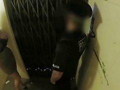 Cop falso Leggy vagabunda escritório fode policial em um elevador