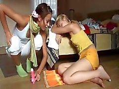 Öpüşme ve iki Teenies arasında alay