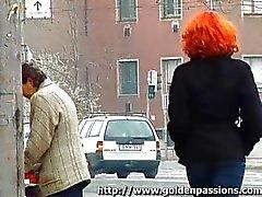 Redhead madura mijando em um parque público