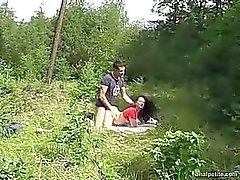Anna spielt verstecken und Suche im Walde mit Freund in
