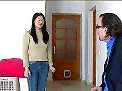 Menina asiática de espancadas difícil