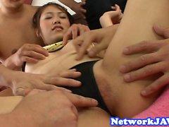 Asiatische Teenie fickt beim Sperma auf ihrem Gesicht