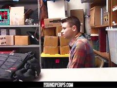 YoungPerps-Tiny pohja shoplifter punnitsi kovaa ja syvää upseerin Dick