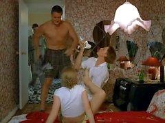 Üç Rusça boys kýz ağladığını koparmak