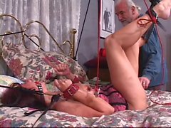 Brunett slampa blir bröstvårtorna snuvade medan hon avgränsas samt belagda med munkavle